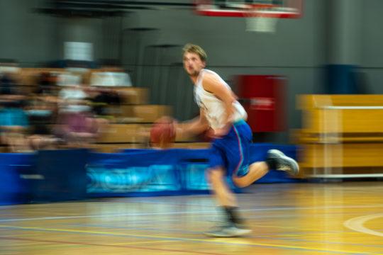 joueur de basket en action.