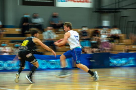 joueur de basket flouté
