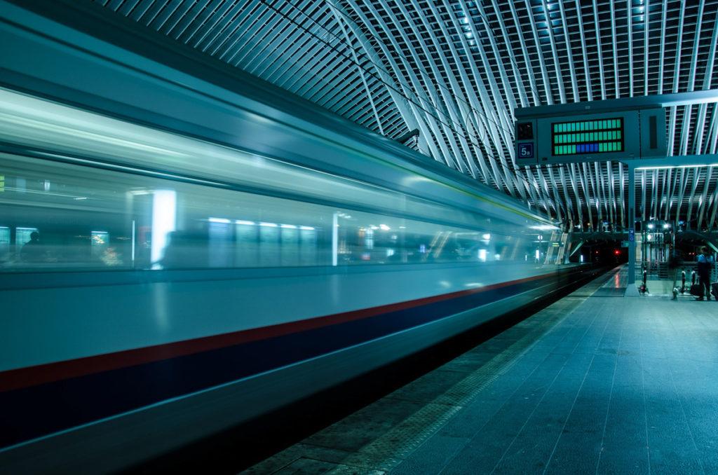 Train qui passe à toute vitesse à la gare des Guillemins à Liège